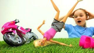 Игры для девочек в куклы: Барби и мотоцикл -  Играем в доктора