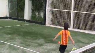 Piqué muestra las dotes con la raqueta de Milan