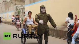 Китаец запряг в рикшу робота, одетого в военную форму японского солдата времен Второй мировой