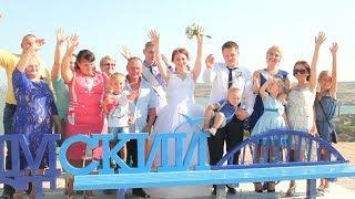 """Скамья """"Крымский мост"""" в Керчи стала местом фотосессий молодоженов"""