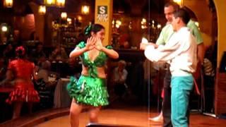 Эротический танец в кафе  города Куско в Перу