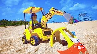 سينيا على الجرار يحفظ آلة كاتبة صغيرة من الرمال