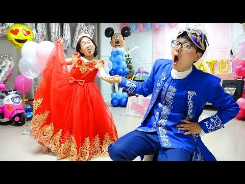 Boram And Konan Ddochi Plays With Beauty Toys