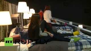 В московском кинотеатре заменили кресла на кровати(Компания IKEA провела в Москве необычный эксперимент. В одном из залов кинотеатра KinoStar De Lux на одну неделю..., 2014-12-14T10:25:32.000Z)