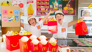 EVDE MCDONALDS YAPTIK! Kids pretend play Mcdonalds at home