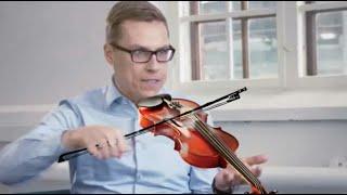 Alexander Stubb soittaa viulua