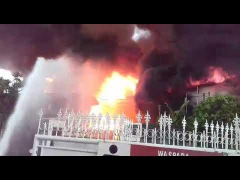 Kebakaran Hebat Melandan Pabrik Tiner Tangerang