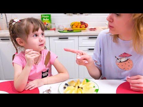 Ева и мама играют в съедобные и несъедобные шоколадные вещи. Candy toys for kids