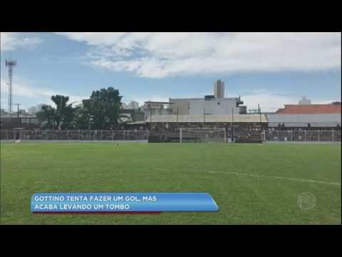Hora da Venenosa: Reinaldo Gottino leva tombo ao tentar fazer gol