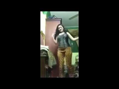 رقص بنت مراهقة  فى غرفة نومه وتصور نفسه thumbnail