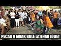 PECAHHH !!! MBAK BULE BELAJAR JOGET  -- ANGKLUNG RAJAWALI MALIOBORO -- DITINGGAL RABI & PIKIR KERI