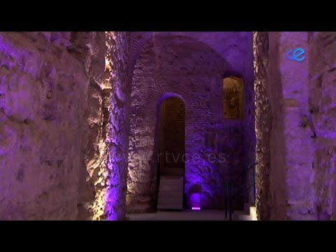 Visitas a la Puerta Califal, actividades naúticas y gastronomía, principales reclamos turísticos