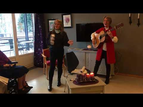 Musikkterapeut Elisabeth Aurdal, synger med de eldre