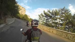 Мото-туризм в горах Крыма. Старое шоссе Ялта-Севастополь под Байдаро-Кастропольской стеной