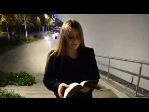 Изображение предпросмотра прочтения – АлександраКопцева читает произведение «Рас-стояние: версты,мили...» М.И.Цветаевой