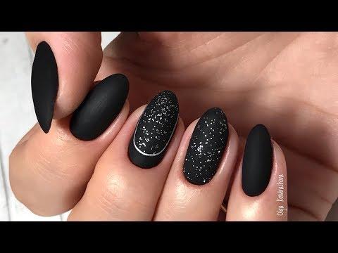 Матовые черные ногти с блестками