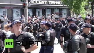 В Кишиневе православные активисты не дали провести гей-парад(Православные активисты не дали секс-меньшинствам провести парад в центре Кишинева. Полицейским пришлось..., 2016-05-22T13:37:51.000Z)