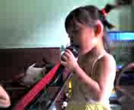 Saphia hát bài ba thuong con