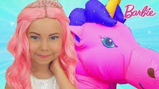 Alice finge Barbie y jugar en la Nueva Casa con Unicorn