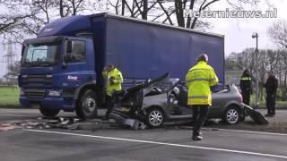 Twee zwaar gewonden na ongeval op n35 tussen vrachtwagen en personenauto