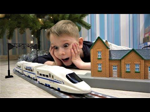 Макс строит железную дорогу и играет в игрушечные поезда для детей