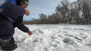 Рыбалка на реке в мартеПлотва на мотыля с кубикомШашлычек на снегу