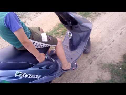 учу ездить подпищика на скутере