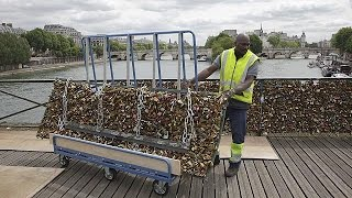 """بلدية باريس تسحب أكثر من 45 طنا من """"أقفال الحب"""" من جسر الفنون   1-6-2015"""