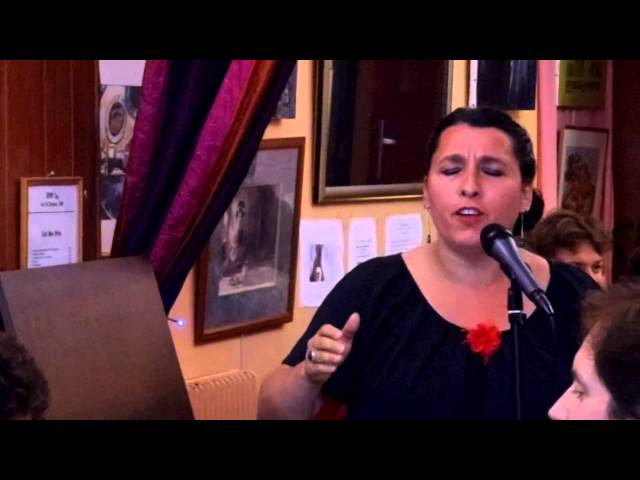 Béatrice Angèle chante