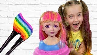 Маша распаковывает новую куклу что бы учится делать make up