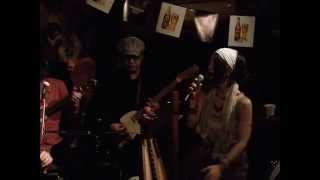 説明 Irish & gypsy music band: キャプテンポチーン Member: 辻寛子(ボ...