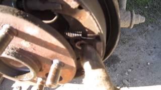 Замена задних барабанных тормозных колодок на Toyota Carina 210