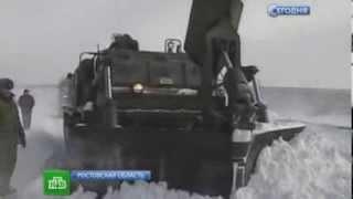 Военные очищают российские дороги от снега. 2014.01.31(Армия и ОМОН пришли на помощь снегоуборочной технике, которая не справляется с последствиями снегопада..., 2014-02-01T01:14:00.000Z)