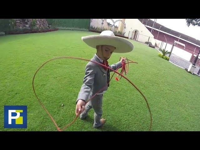 El dominio de la soga de este niño es digno del mejor charro de México