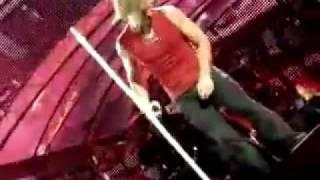 Bon Jovi se lesiona pierna en pleno concierto