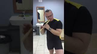 Инструктор по фитнесу красиво играет на флейте