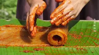 【隔壁林妹妹】豬皮這樣烤來真好吃,一人吃一大塊,看著好過癮