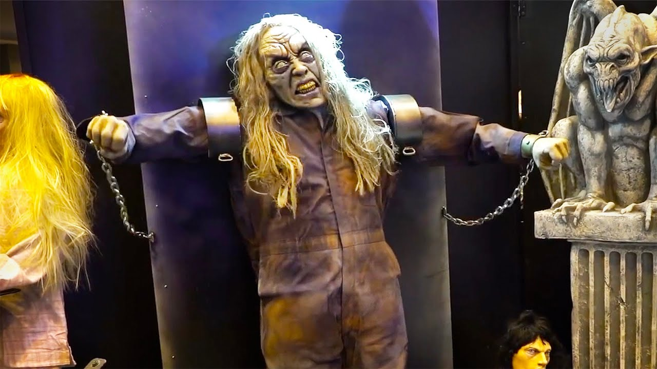 UNEXPECTED Zombie Costume Scares at Halloween Trade Show USA 😱 🤣
