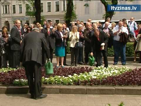 Bez komentāriem: NATO PA prezidents stāda puķes