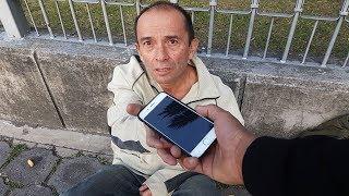 Regalando un Iphone 7 a un Vagabundo (Iphone VS Comida) | Experimento Social