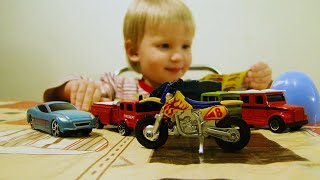 Алина играет своими машинками игрушками и открывает новый МАИСТО мотоцикл