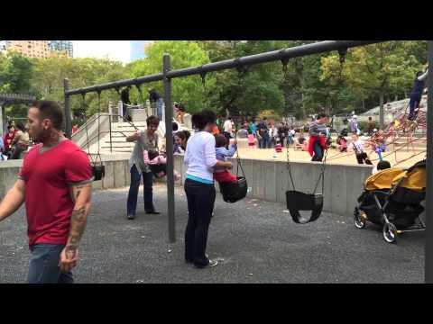 Нью- Йорк Центр парк - безопасные качели для детей