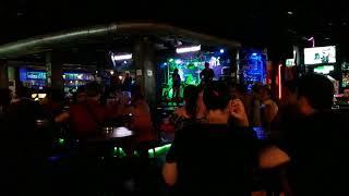 бар с живой музыкой же.