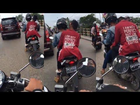 Berboncengan Naik Motor di Jalan, Dua Lelaki Ini Ditertawakan, Ternyata Ada yang Janggal