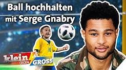 Fußball-Challenge: 7-jähriger Junge besser als Serge Gnabry? | Klein gegen Groß