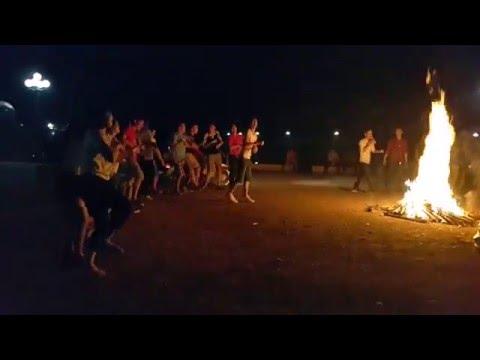 Du lịch đốt lửa trại và chơi game