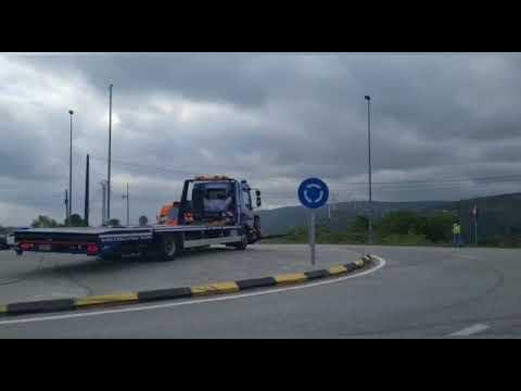 Un camión que transportaba madera vuelca en Abadín