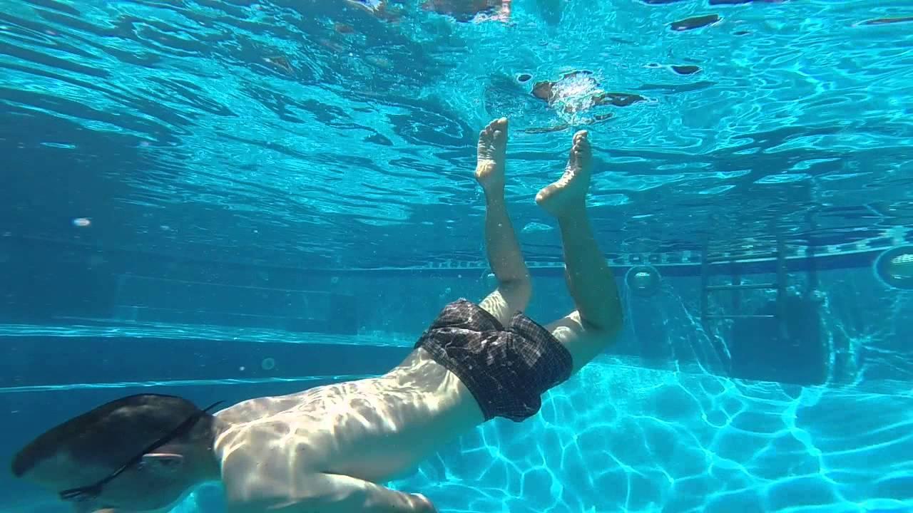 gopro hero 3 buscando la moneda en el fondo de la piscina