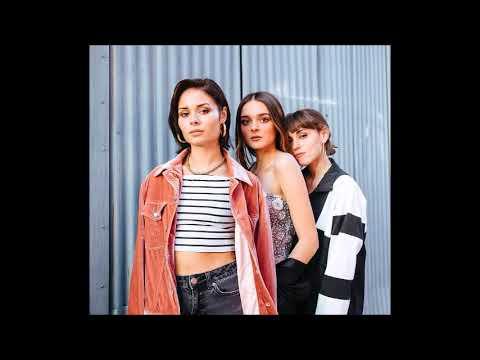 Charlotte Lawrence, Nina Nesbitt & Sasha Sloan - Girls Just Wanna Have Fun scaricare suoneria