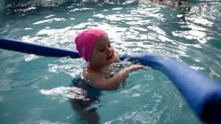 Как научить ребенка плавать и нырять. Занятия в бассейне для детей 2 лет.Видео для детей.